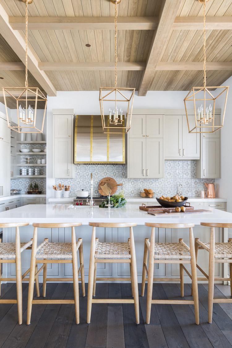 grande cuisine moderne decoration style chalet blanc vert de gris celadon