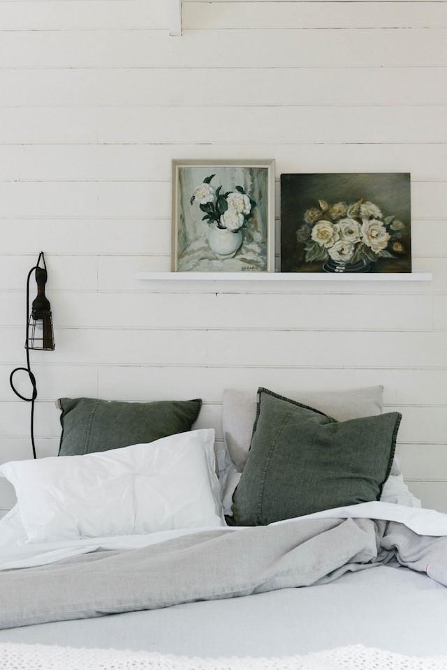 mini maison champêtre chambre draps en lin gris vert