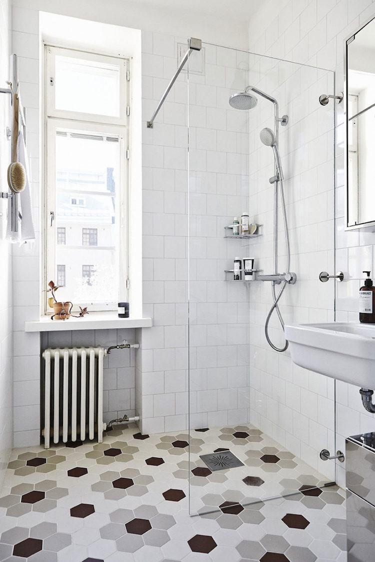 petite salle de bain moderne carrelage hexagonal douche italienne scandinave retro