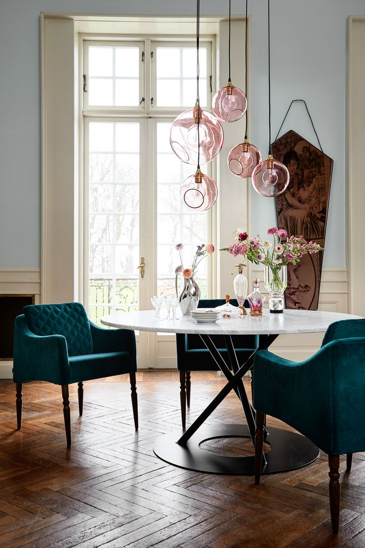 salle a manger fauteuil velours bleu tabe ronde marbre gris design rasmus larsson lampe rose