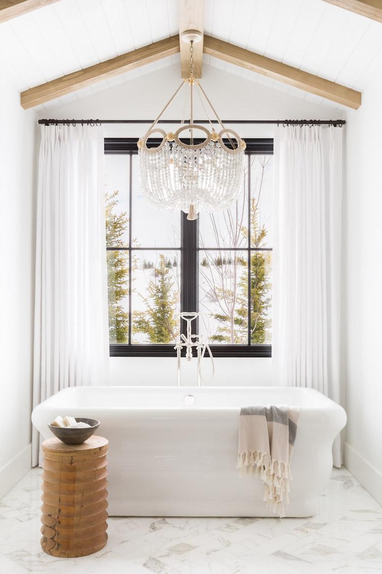salle de bain baignoire marbre style chalet blanc