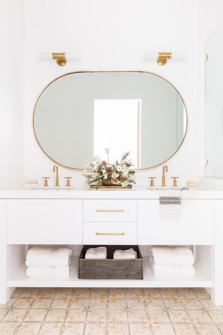 salle de bain laiton art deco chalet blanc decoration