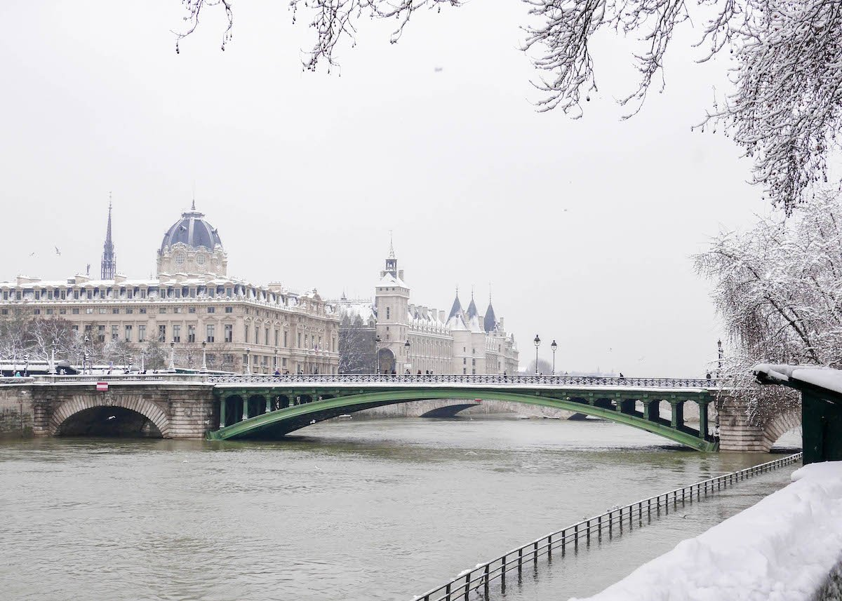 paris sous la neige photo video cover vue seine conciergerie