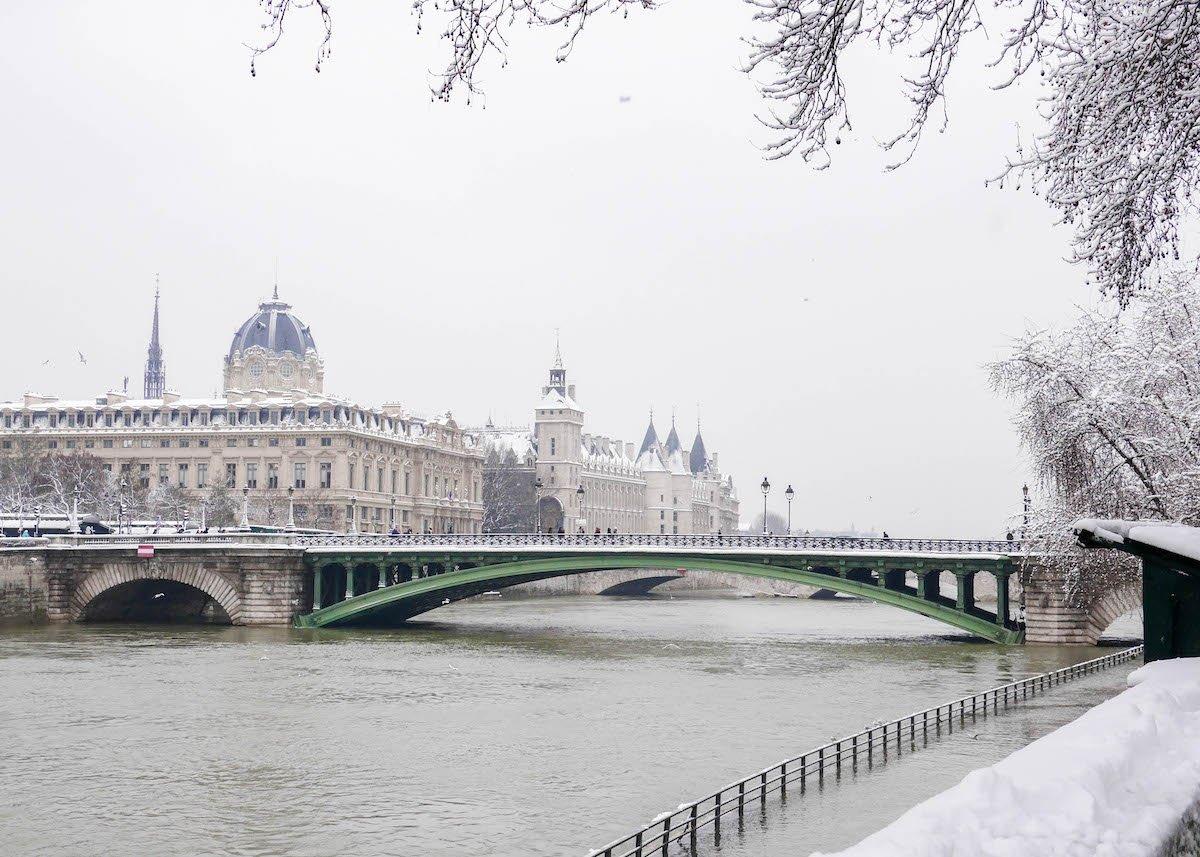 paris sous la neige photo video cover vue seine conciergerie