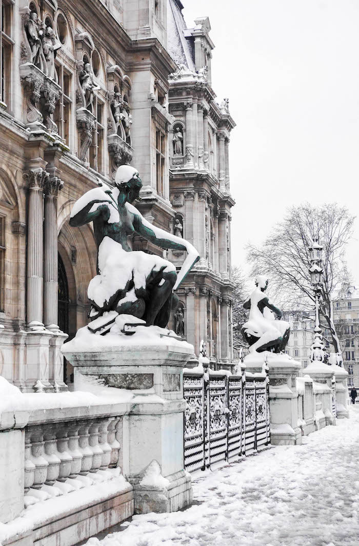 paris sous la neige photo video statue hotel de ville