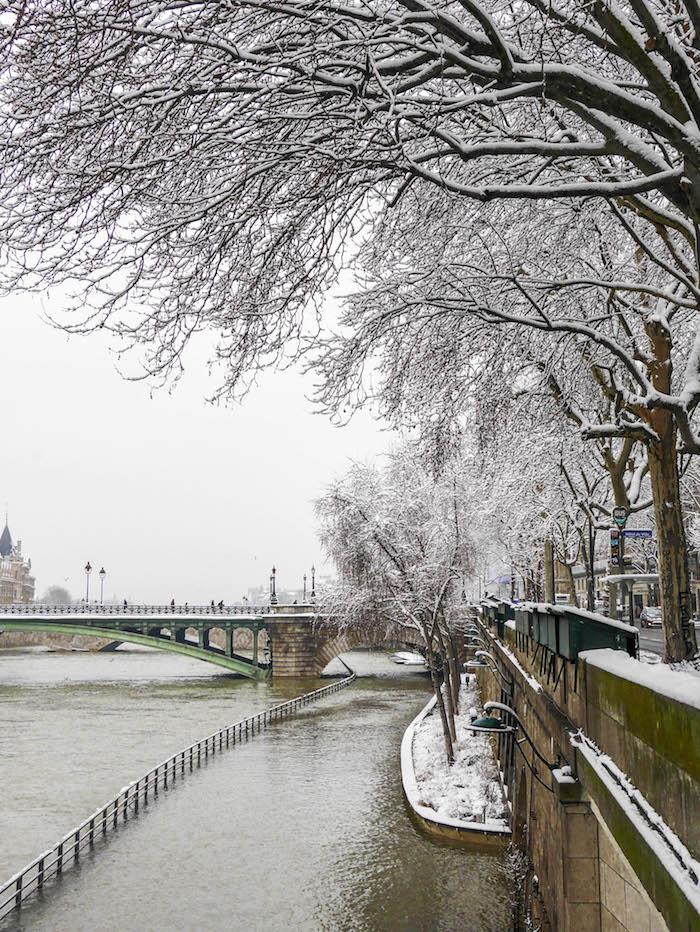 paris sous la neige photo video seine arbres peniche