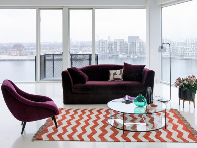 salon blanc loft canape velours violet tapis orange chevron decoration moderne