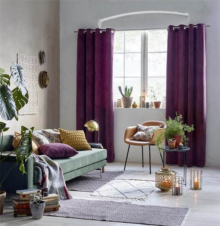 salon couleur prune rideaux peinture effet béton ciré canapé vert canard
