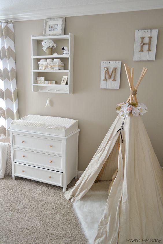 chambre de bebe mixte romantique déco blanche et beige deco mur tipi