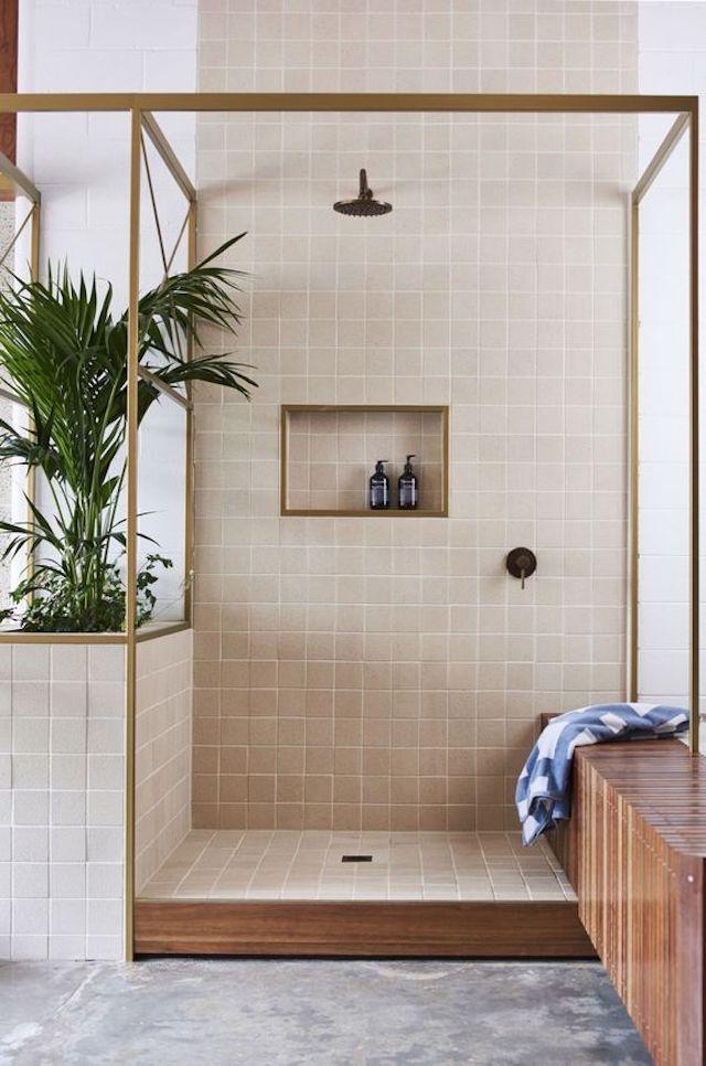 salle de bain couleur lin carrelage credence douche italienne laiton bois exotique