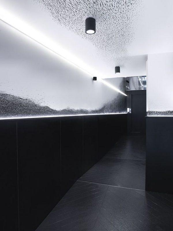 the chess hotel couloir fresque couloir noir et blanc