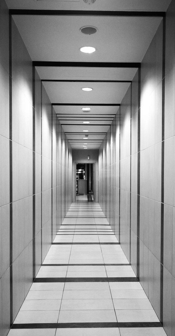 rayures verticales couloir noir et blanc design moderne blog decoration interieur