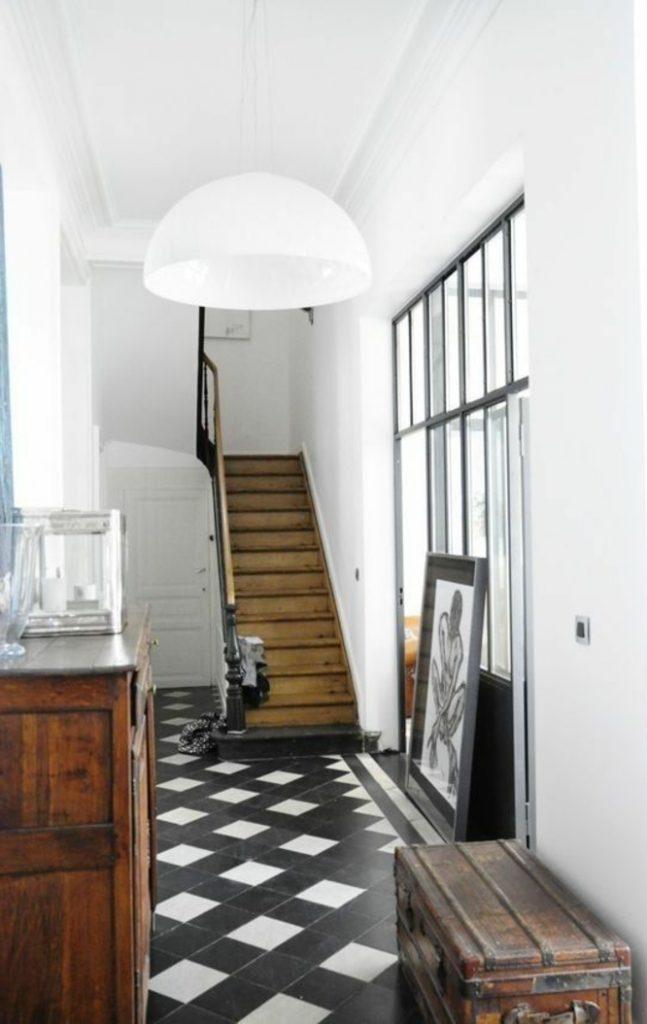 carrelage damier joli couloir noir et blanc retro chic escalier en bois