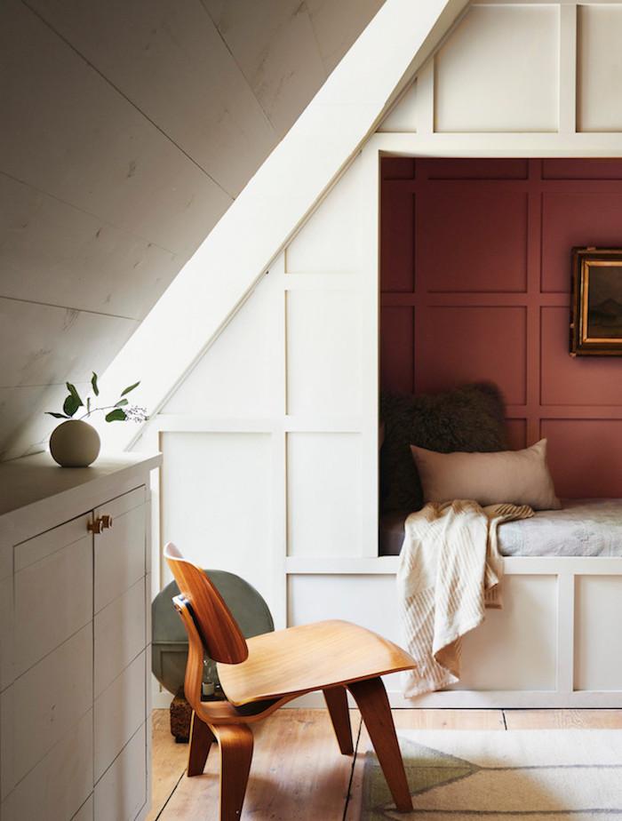 ancienne ferme rénovée chambre enfant lit cabane sous les toits