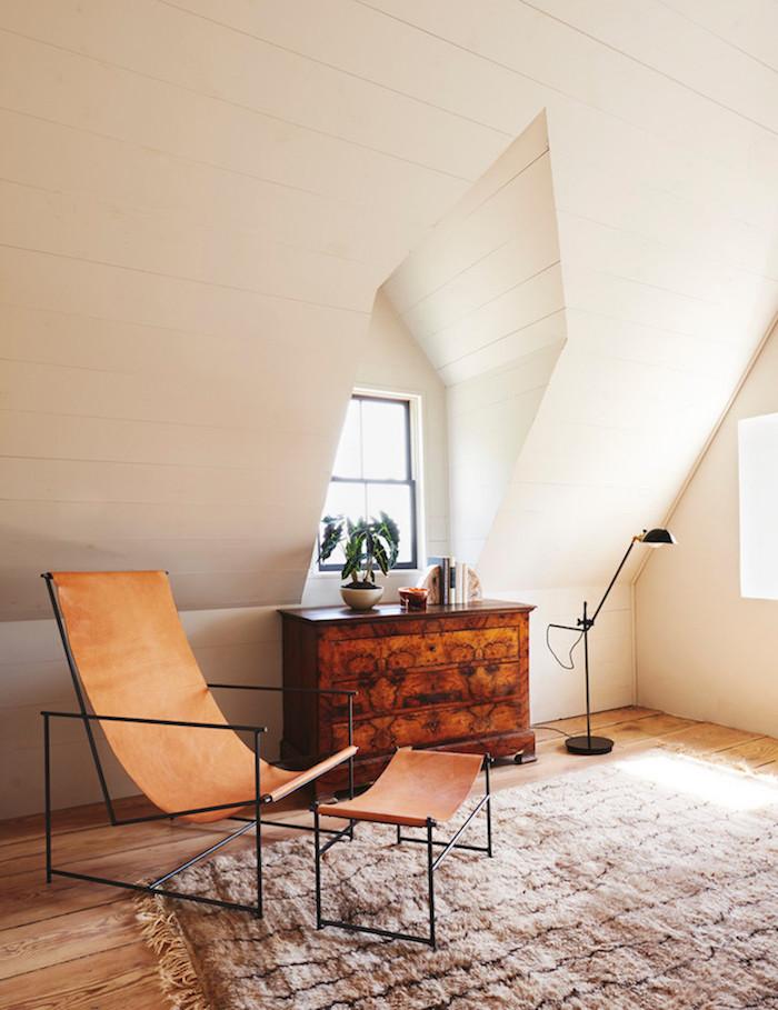 ancienne ferme rénovée coin lecture fauteuil cuir minimaliste