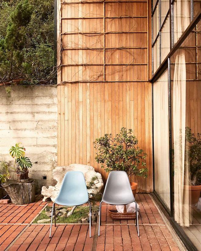 maison eames terrasse bois chaise plastique icone design