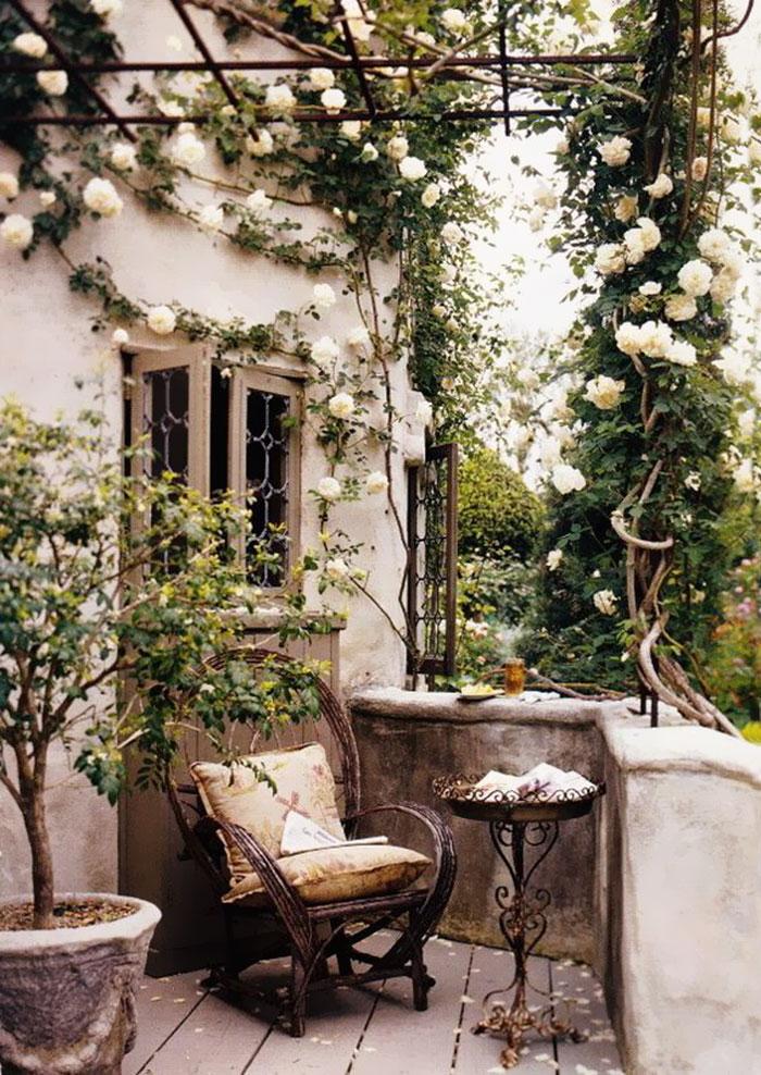 deco bucolique balcon vert siege rotin