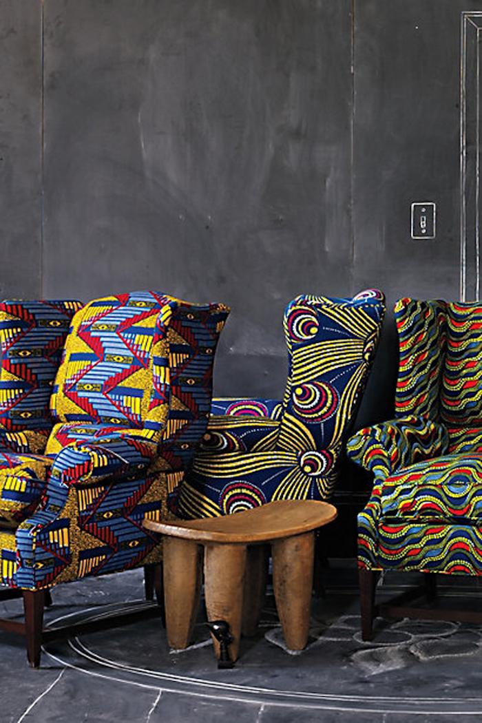 deco ethnique africain salon design fauteuil canape jaune lustre original coussin motif bout de canape ethnique bois brut