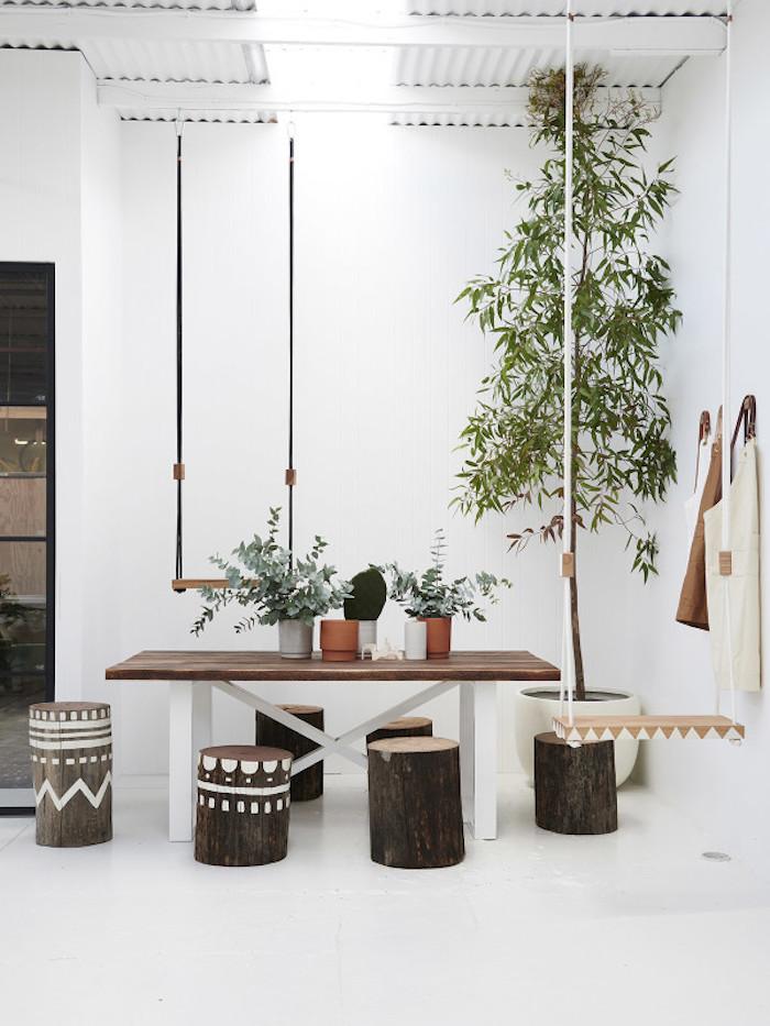 deco ethnique bois naturel plantes verdure rondins tabouret bois brut