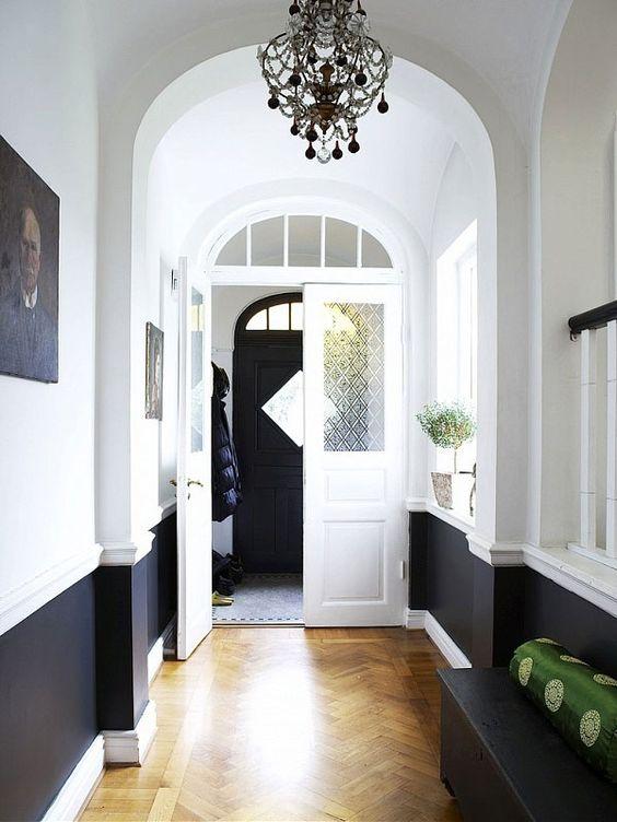 joli couloir noir et blanc soubassement parquet point de hongrie chevron entree