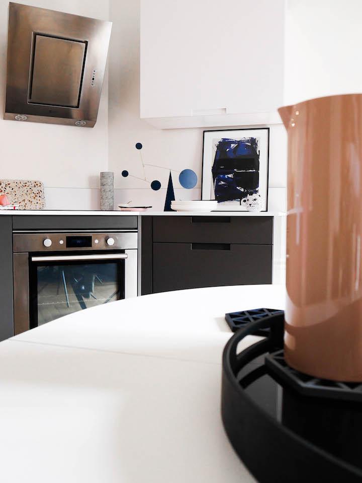cuisine grise et blanche terrazzo mobile bleu geometrique