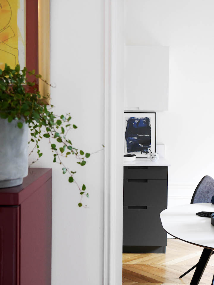 cuisine grise et blanche paris appartement parquet chevron