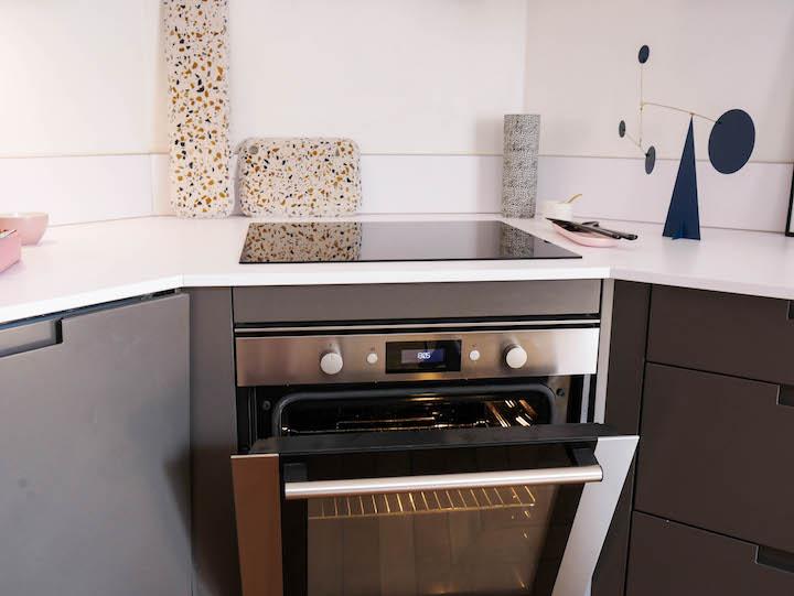 cuisine grise et blanche four encastre inox terrazzo