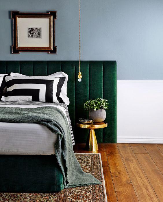 chambre tete de lit velours couleur vert canard emeraude suspension lampe laiton