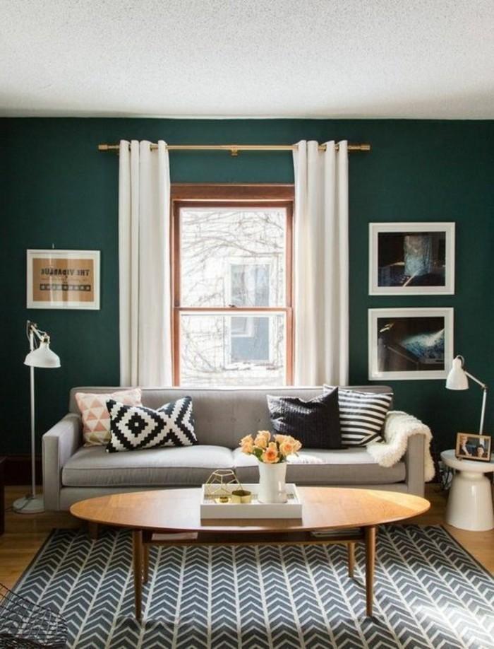 salon tendance couleur mur salon vert canard emeraude canape gris table ovale tapis en noir et blanc
