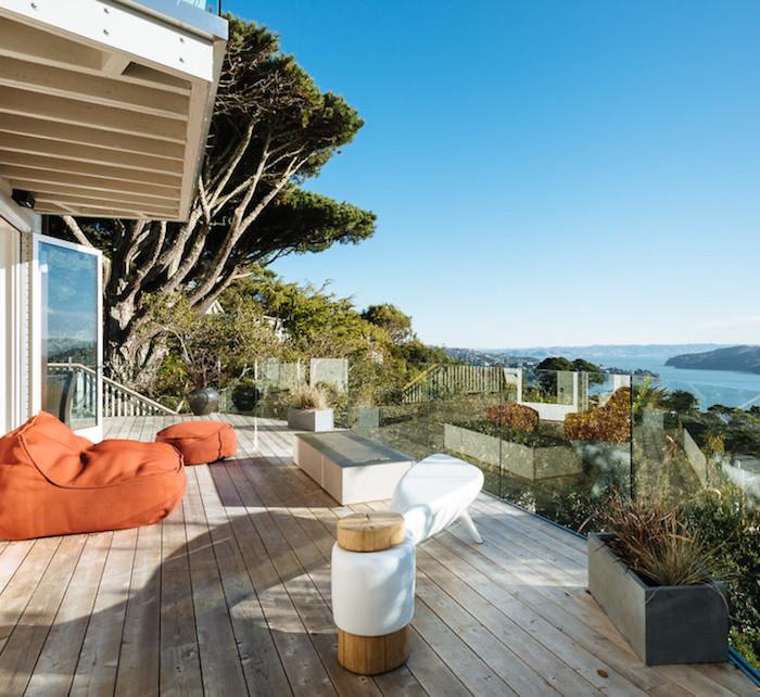 villa californienne terasse vue sur ocean pouf orange parquet exterieur baies vitrees