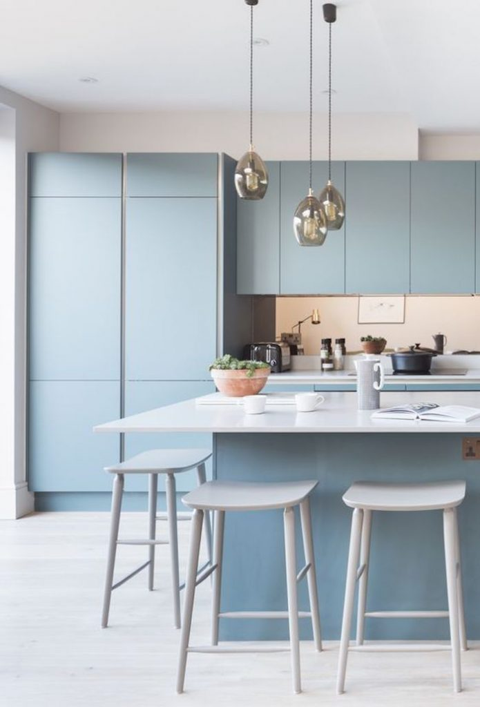 bleu glacier cuisine ouverte sur salon idée décoration pastel - blog déco - clem around the corner