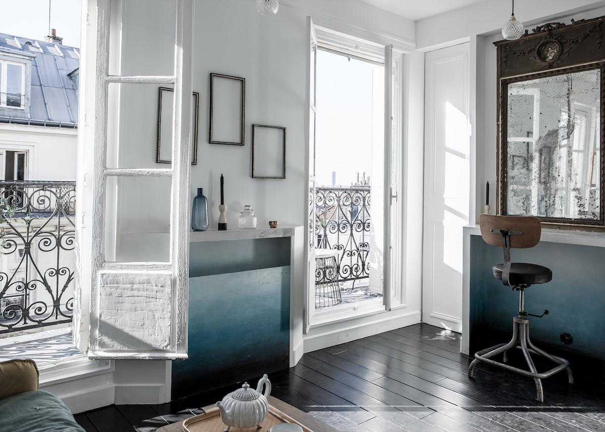 16m2 studio paris piece principale mur blanc degadre bleu peinture cadre parquet noir