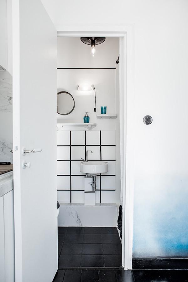 16m2 paris porte salle de bain sobre parquet noir carrelage noir separation piece