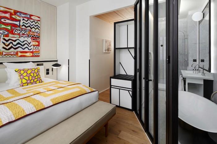 appart parisien chambre verriere jaune pop ethnique couleur