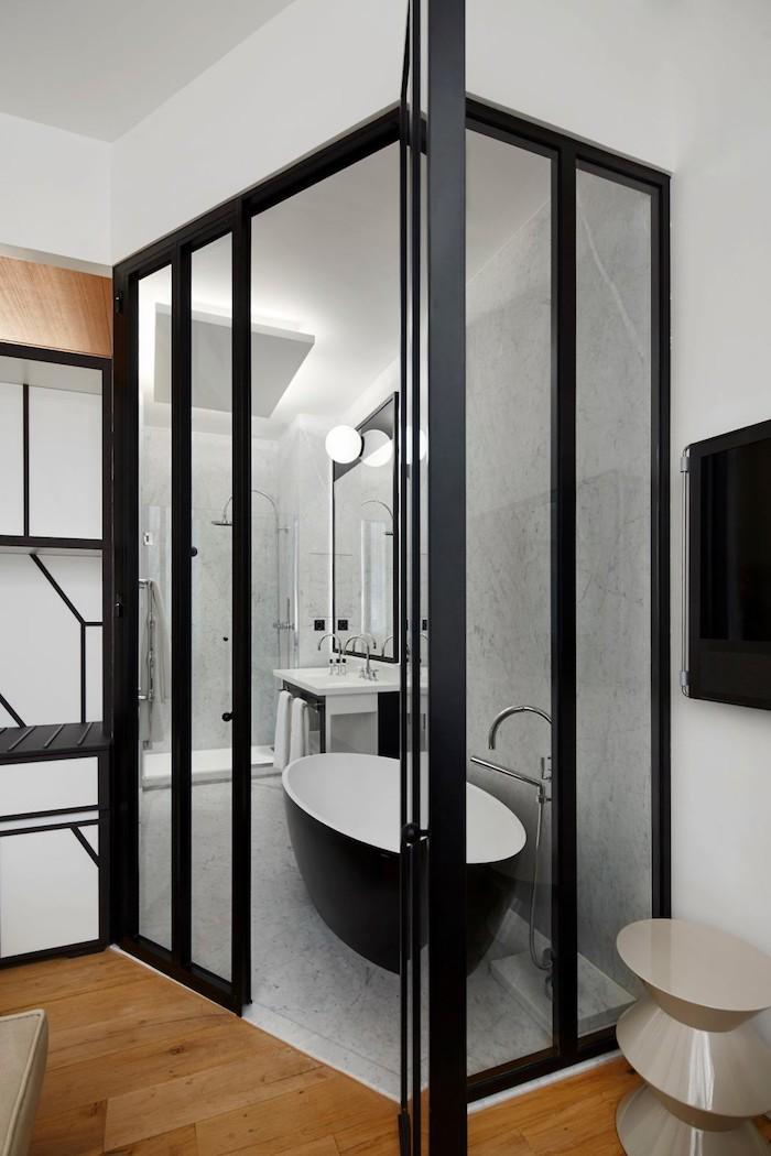 appart parisien toit salle de bain verriere baignoire douche marbre style sobre epure salle d'eau classique et design