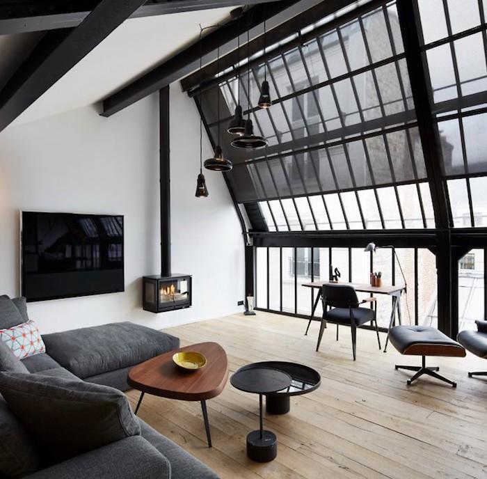 appart parisien toit salon avec verriere et vue sur les toits de paris television tv écran plat bureau en bois parquet bois clair canape d'angle cheminée