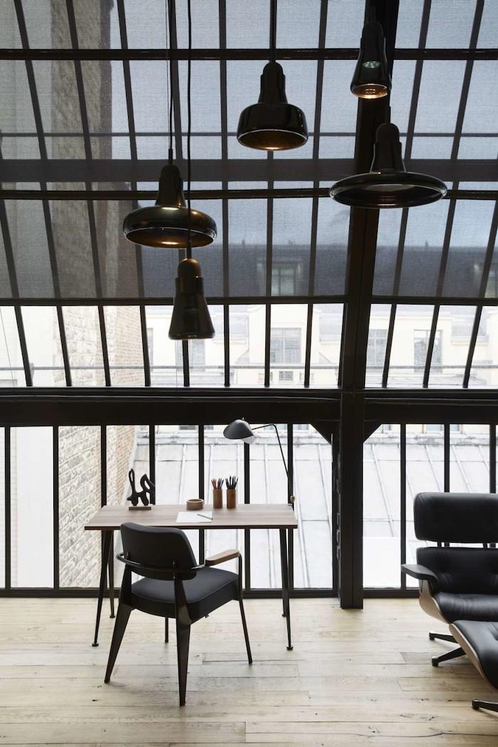 appart parisien toit bureau verriere vue sur les toits de paris chaise de bureau en bois lampes noir luminaire original deco