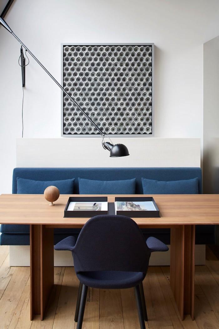 appart parisien toit canape table salle a manger table en bois brut design tableau original noir et blanc assise bleu avec coussin lampe metalique paris appartement