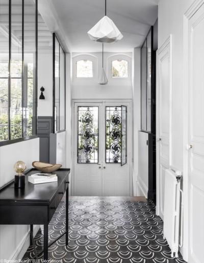 entree couloir noir et blanc carreaux ciment verriere graphique moderne blog deco clem around the corner