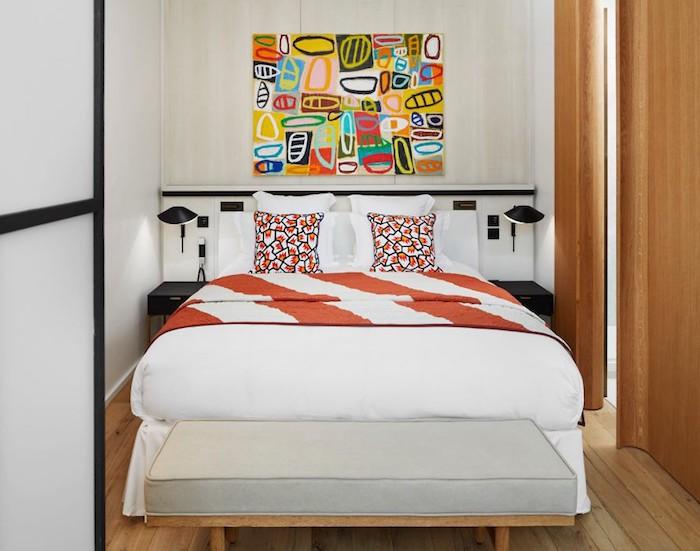 appart parisien toit chambre graphique couleurs couette linge de lit graphique coussin pop tableau couleurs original portes coulissante bois brut parquet paris
