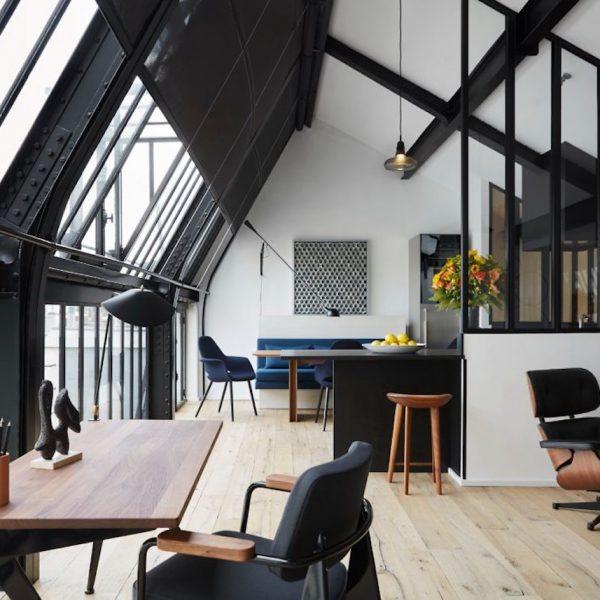 appart parisien toit verriere cuisine parquet clair bureau en bois canape fauteuil table a manger banquette bleu plantes hotel bandb parisien vue sur les toits appart paris