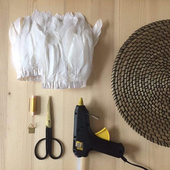 juju hat diy materiel blog deco ethnique tuto cieseau pistolet a colle set de table fil aiguilles plumes blanches ruban de plumes tuto