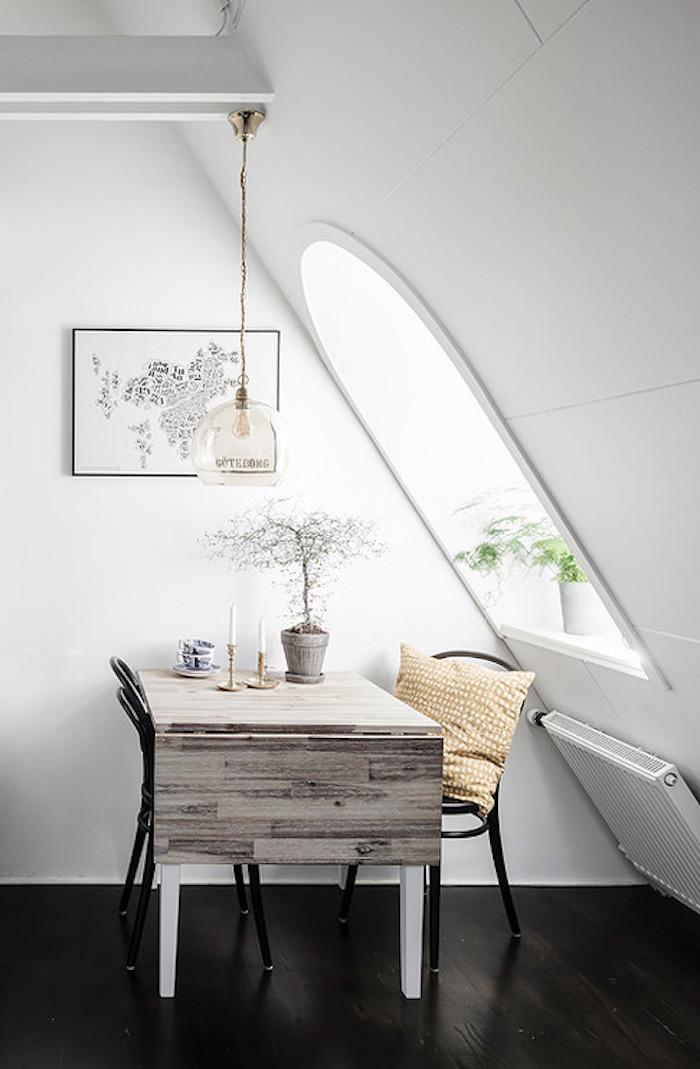 petit appartment blanc table fenetre evier plan de travail bois coussin