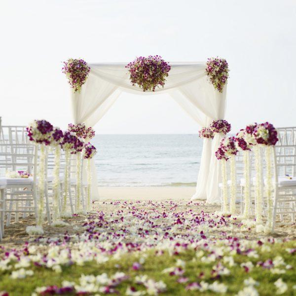 deco ceremonie laique fleurs bouquets arche chaises mer mariage