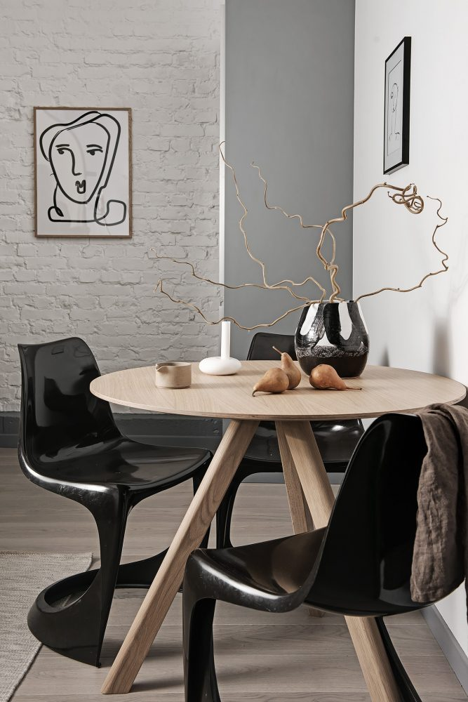 blog design decoration hipster salle a manger chaise noire brillante