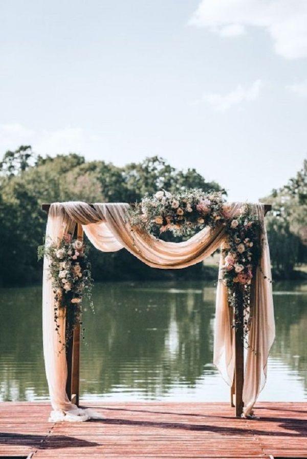 deco ceremonie laique arche mariage bord lac rose tissus
