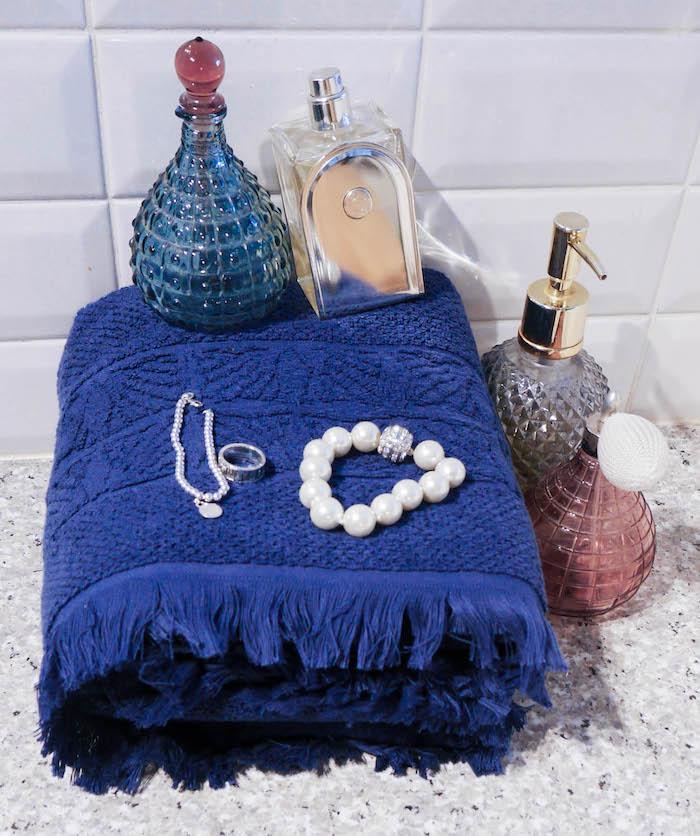 idee fete des meres parfums salle de bain serviette bleu marine bijoux