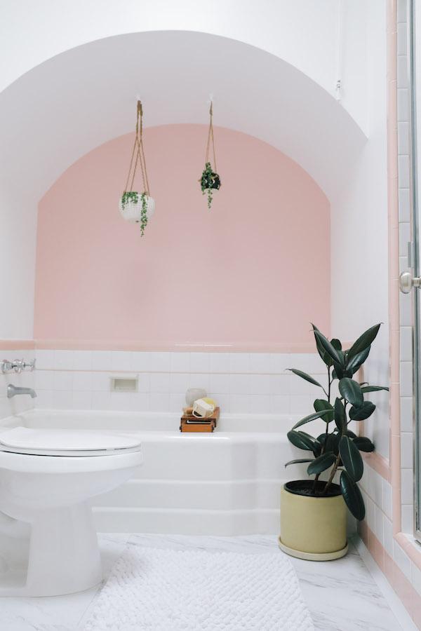 salle de bain rétro rose baignoire encastrée vintage plante caoutchouc - blog déco - clem around the corner