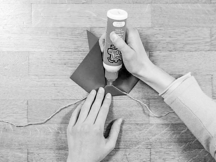 activite facile lapin marque page carre coupe triangle tete fin corde colle