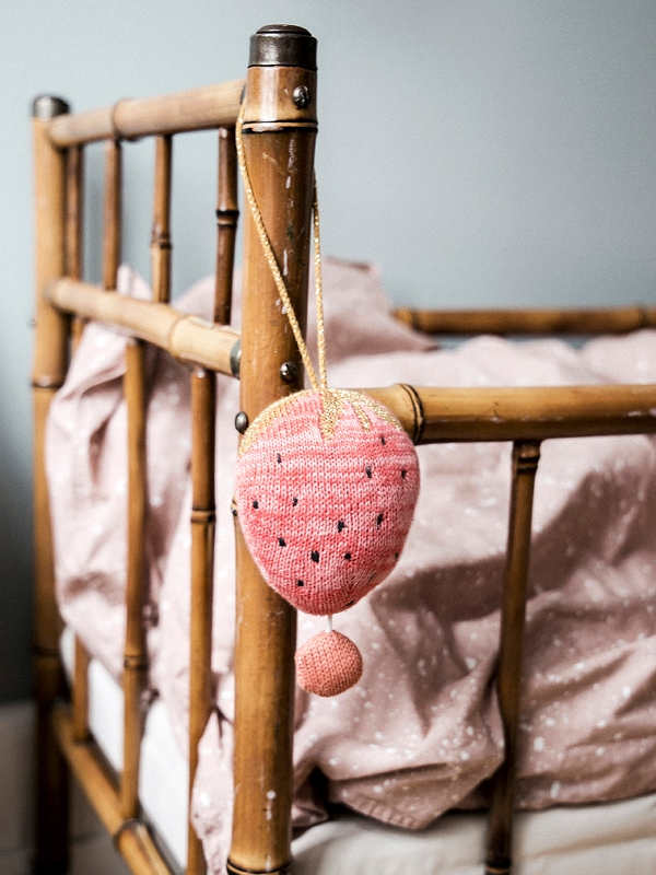 blog déco fraise mobile pour enfant rose musical diy